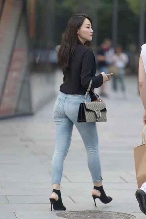 街拍, 黑色V领衬衫配紧身牛仔裤的辣妈